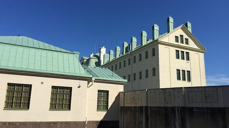 Bilden visar Kirsebergsanstalten i Malmö. En beigevit byggnad med grönt tak, byggd 1914. Foto: Anna Bubenko/Sveriges Radio.