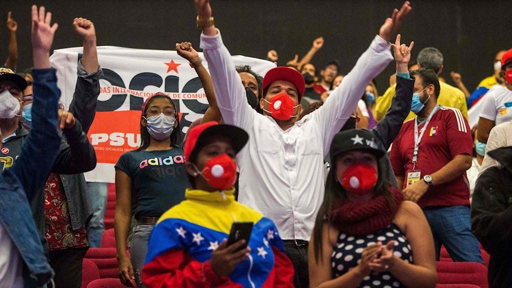 Anhängare till socialistpartiet i Venezuela jublar efter att valresultatet meddelats.