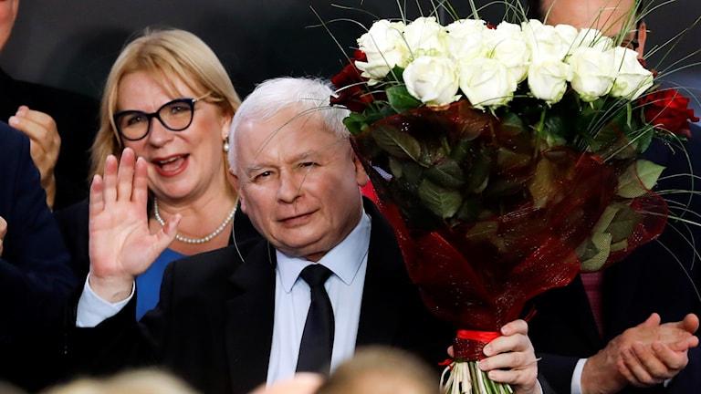 Jaroslaw Kaczynski med en blombukett.