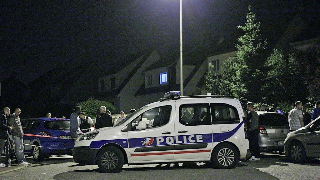 Tre personer - angriparen, en polisman och dennes förmodade hustru dog i samband med ett gisslandrama i Magnanville utanför Paris.