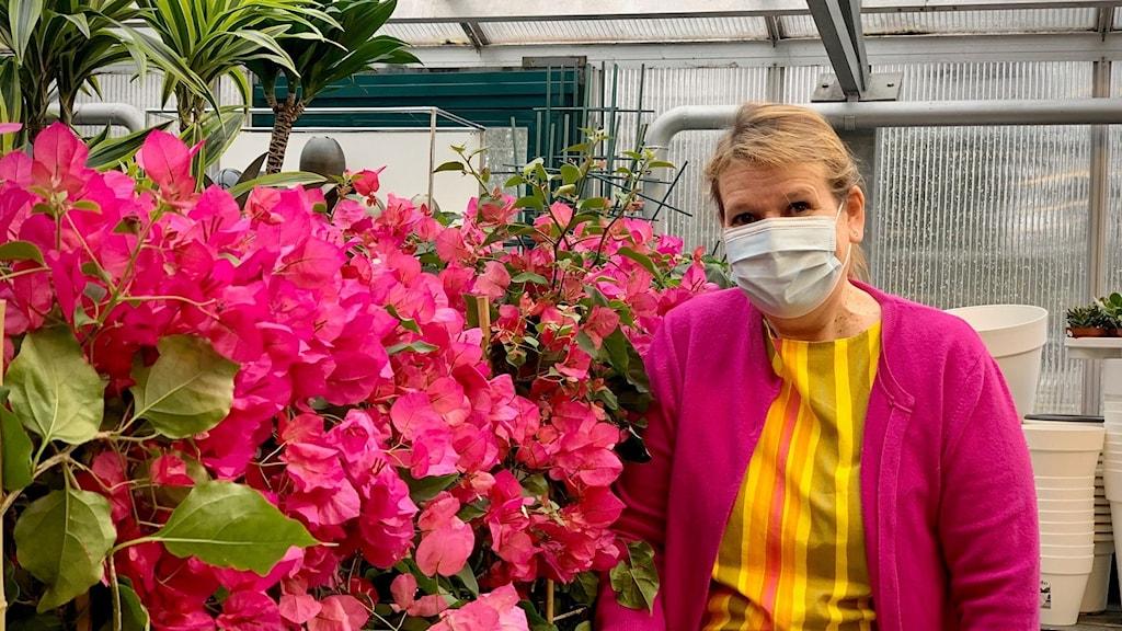 Betydligt fler besökare än tidigare är oerfarna vad gäller trädgård och odling, säger butikschefen Sirkka Jokela
