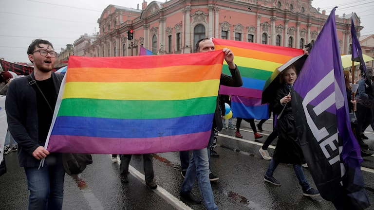 Hbtq-aktivister under en demonstration i Sankt Petersburg i maj.