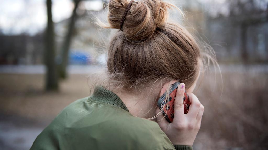 Ett barn som pratar i telefon. Foto: Jessica Gow/TT