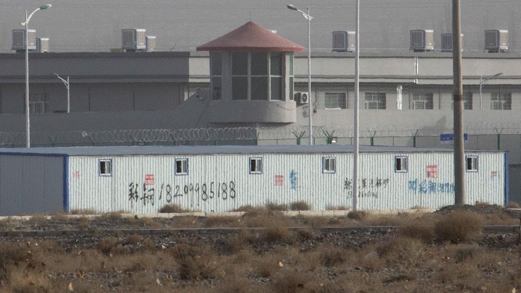 Bild på byggnad med stängsel omkring.