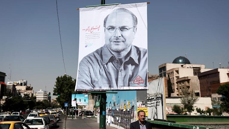 Bagher Ghalibaf Teherans borgmästare på en valaffisch i Teheran