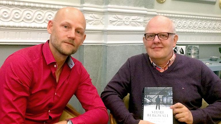 """Sveriges Radios Jörgen Huitfeldt tillsammans med Sture Bergwall som håller upp sin bok """"Bara jag vet vem jag är""""."""