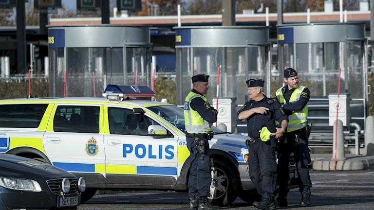 Bilden visar poliser vid gränskontrollen på Öresundsbron. Foto: Erland Vinberg/TT.