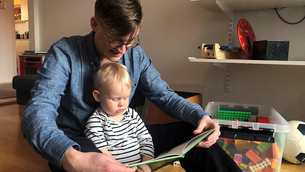 Föräldraledige Per Holmäng med sonen Lars, 16 månader gammal.