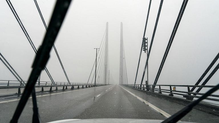 Öresundsbron i dimma.