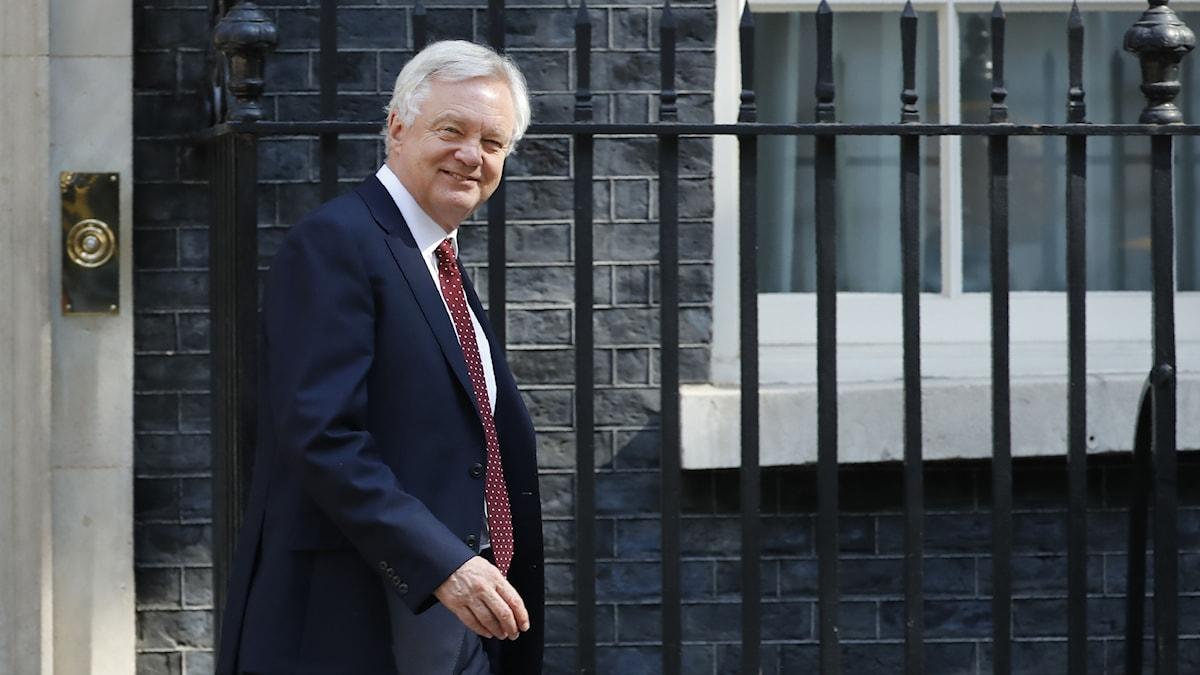 David Davis lämnar 10 Downing Street i centrala London.