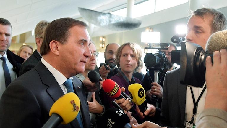 Statsminister Stefan Löfven (S) intervjuas av journalister.