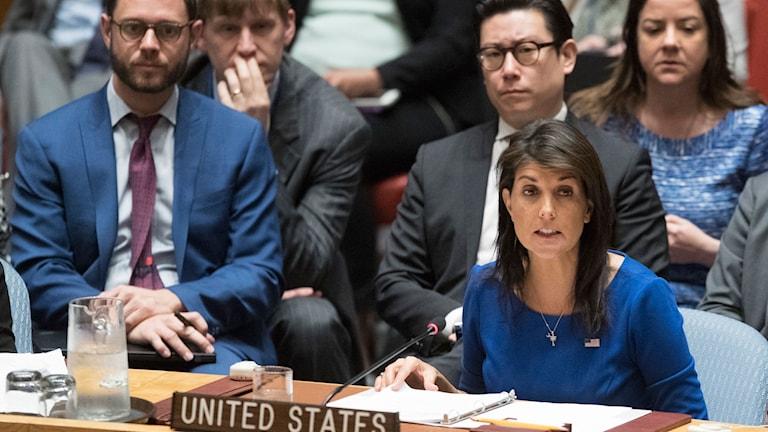 USA:s FN-ambassadör Nikki Haley säger under lördagens extrainkallade möte i FN:s säkerhetsråd att USA är redo att slå till igen mot Syrien.