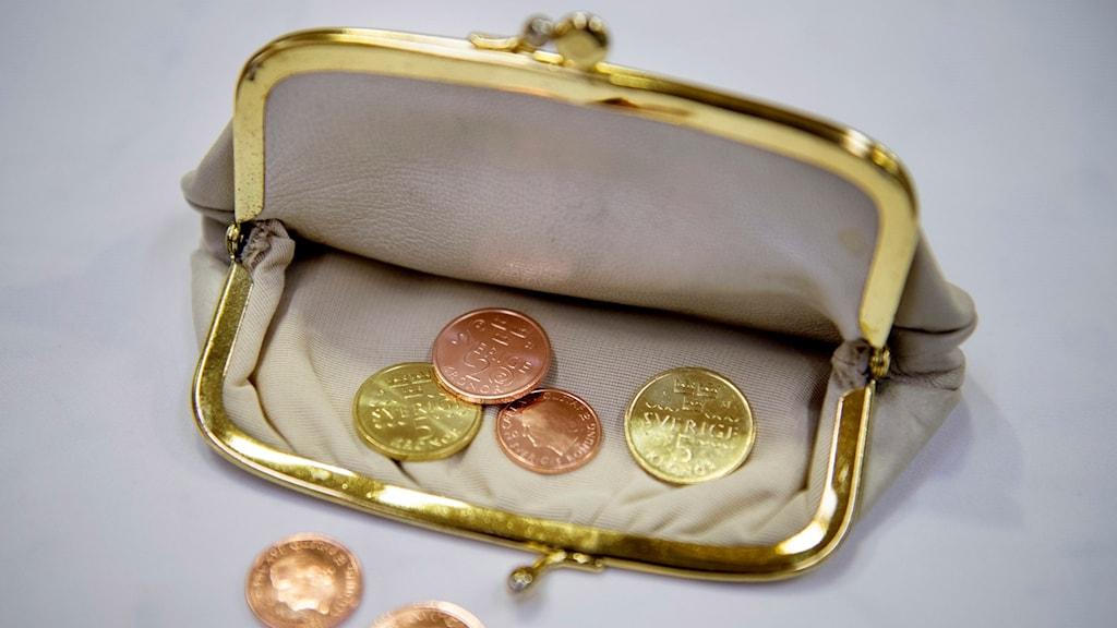 En portmonnä med svenska mynt.