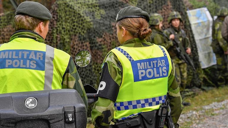 Militärpolis och soldater.