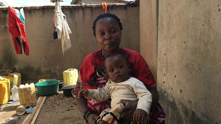 Christine Mukeshimana, vars liv räddades med hjälp av en medicinsk drönare, tillsammans med sitt barn