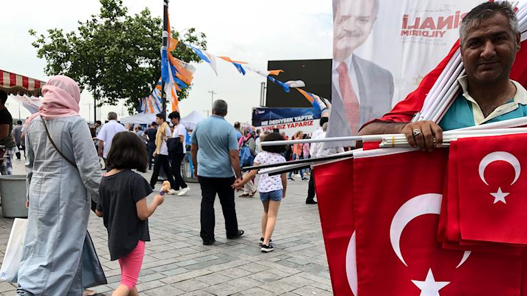 Valrörelsen i Istanbul har satt igång igen. Framför AKP:s valtält säljs turkiska flaggor med bild på Atatürk, CHPs grundare inför omvalet på söndag. Foto: Samira Othman/Sveriges Radio.