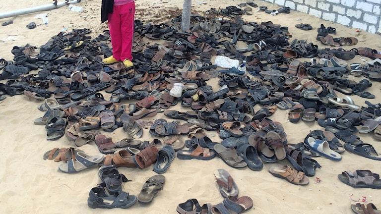 Skor tillhörande offren ligger kvar utanför moskén i al Rawda.