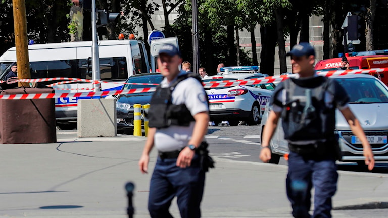 Poliser på gatorna i Champs-Élysées i Frankrike.