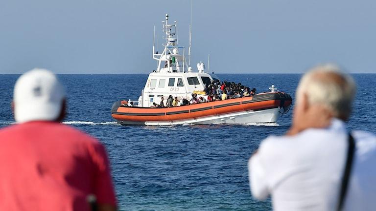 En båt från Tunisien kommer in i hamnen på Lampedusa.
