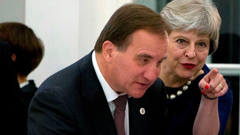 Stefan Löfven och Theresa May i Tallin