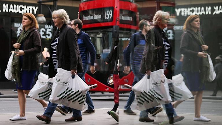 Shoppande människor på Oxford Street i London.