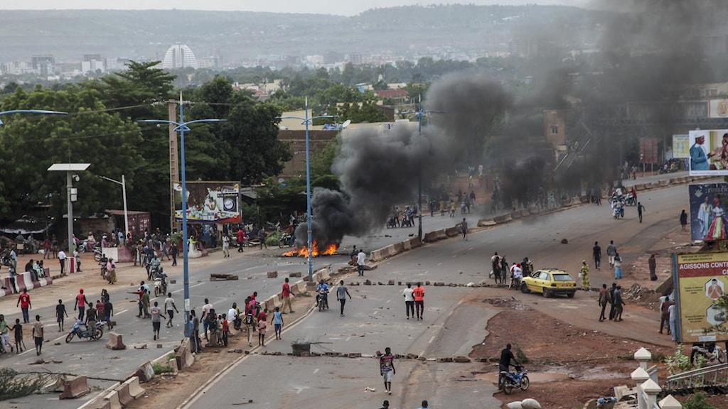 Protestanter barrikaderar vägen in till huvudstaden Bamako, Mali.