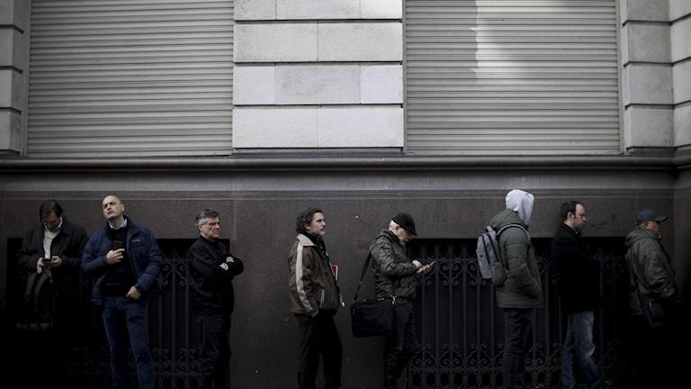 I Argentina var det långa köer utanför bankerna igår när människor försökte ta ut dollar i kontanter.