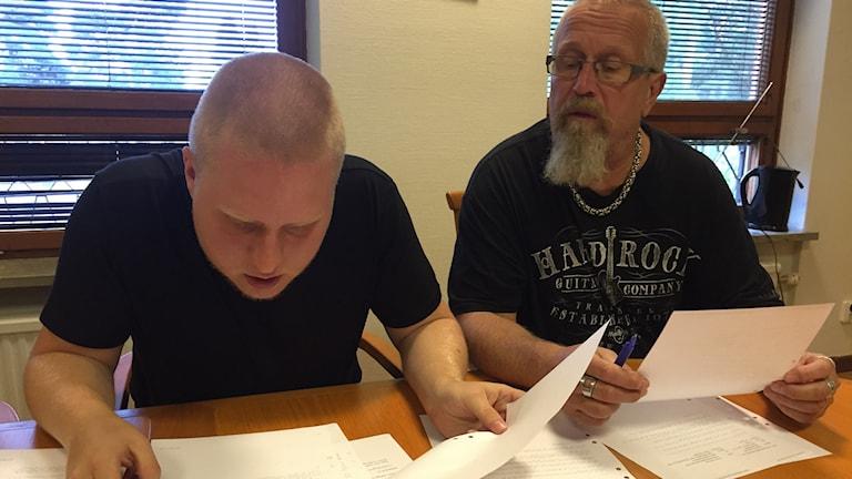Viktor Steneskog och hans pappa Ralph Steneskog bläddrar bland mejlkonversationerna angående de bortsprungna gymnasiebetygen. Foto: Alexander Kuronen