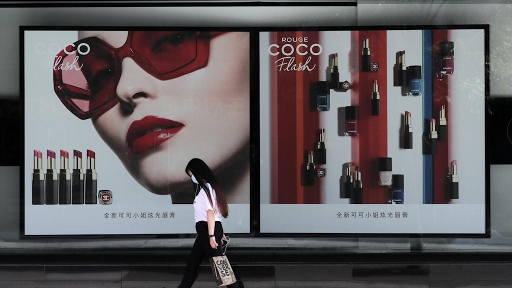 Kvinna passerar Chanelbutik i Kina