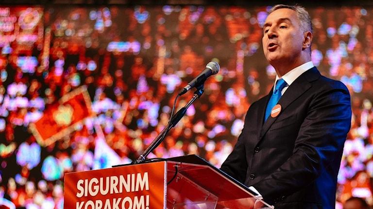 Montenegros premiärminister Milo Djukanovic i talarstolen.