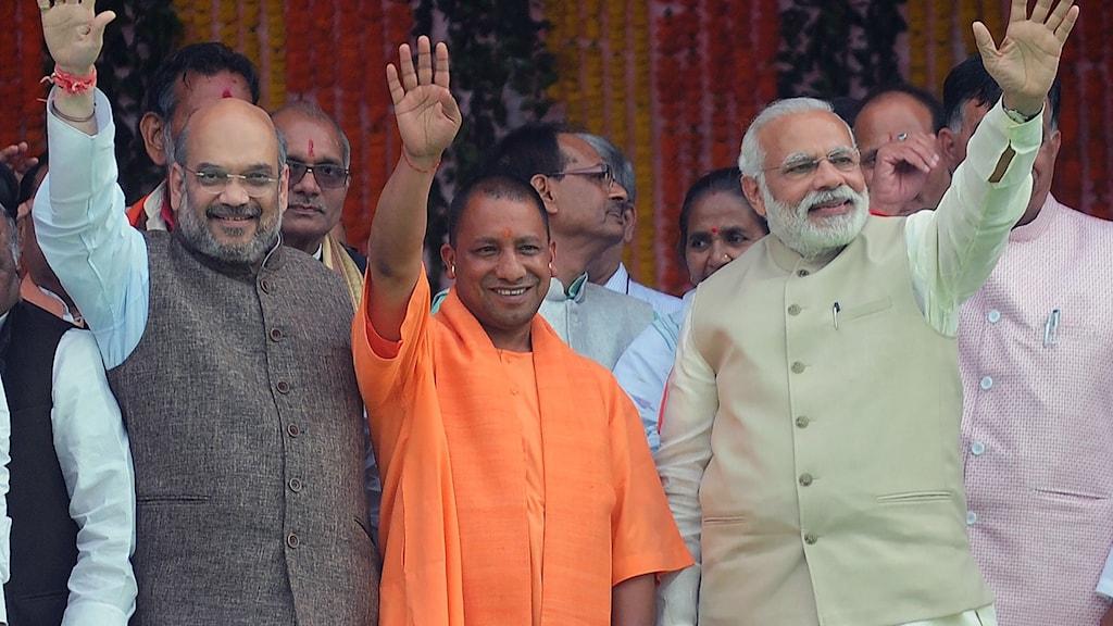 Prästen och politikern Yogi Adityanath i mitten.