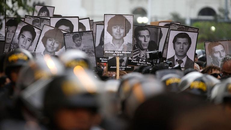 En mängd demonstranter protesterade mot att expresidenten Alberto Fujimori benådades av den nuvarande presidenten Pedro Pablo Kuczynski.