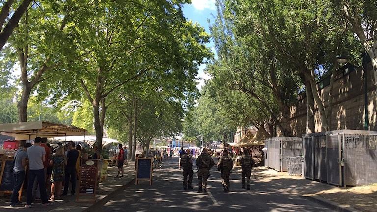 Poliser som patrullerar i en park.