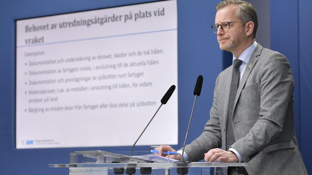 Mikael Damberg (S) vid en digital pressträff i december 2020 tillsammans med generaldirektörn på Statens haverikommission om dykningar vid Estonias vrak.