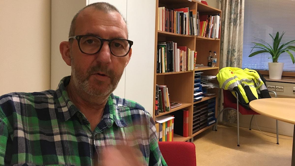 Pappers ordförande Matts Jutterström tycker att förslaget om begränsad strejkrätt hör hemma i en papperstugg. Foto: Anders Jelmin/Sveriges Radio