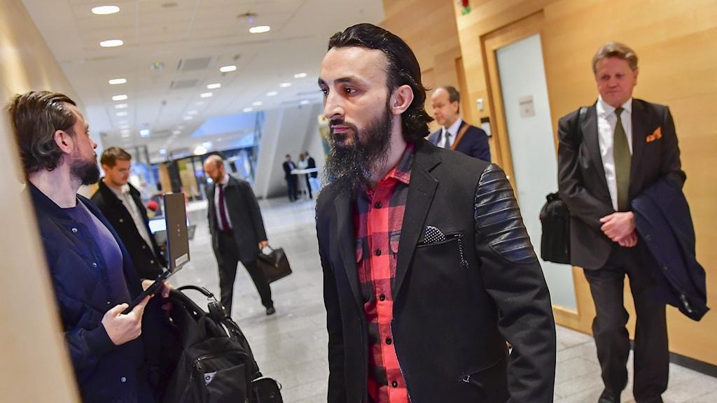 Tumso Abdurakhmanov anländer till Attunda tingsrätt på måndagen. I dag inleds rättegången mot de två personer som misstänks ha försökt mörda honom.
