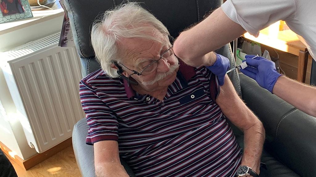 Lennart Magnusson i Karlstad som vaccinerar sig mot covid-19.