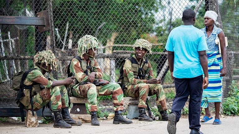 Militärer utanför staden Bulawayo, efter dagar av oroligheter i Zimbabwe.