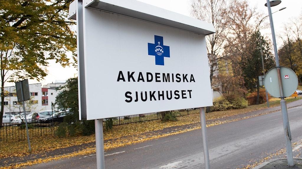 """Ett skylt som säger """"Akademiska sjukhuset"""". Genrebild"""