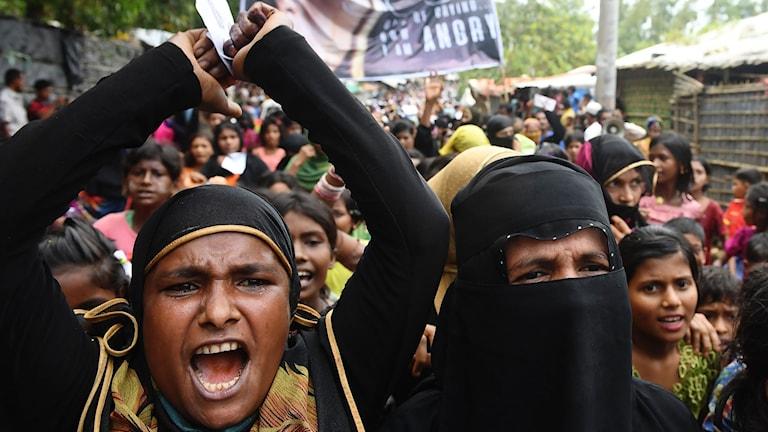 Kvinnor och barn som protesterar i Bangladesh.