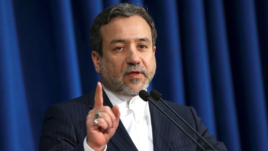 Abbas Araghchi, vice utrikesminister Iran, talar i en mikrofon och håller upp ett vrnande finger