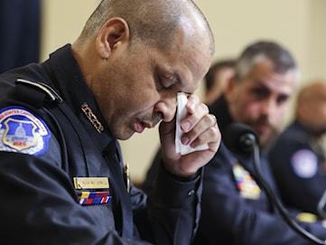 Poliserna som försvarade kongressen lider fortfarande av våldet