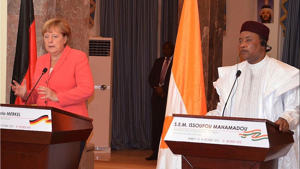 Tysklands förbundskansler Angela Merkel och Nigers president  Mahamadou Issoufou i Niger i måndags. Foto: Moctar Ali Tondi/TT.