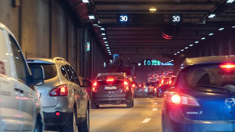Trafik i vägtunnel.