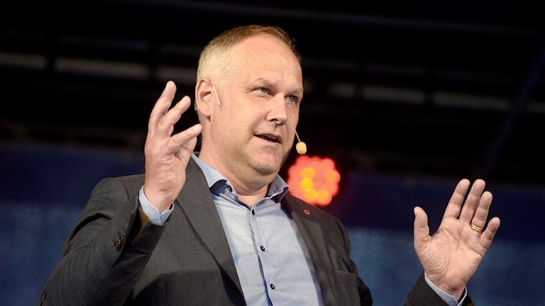 Jonas Sjöstedt håller upp händerna.
