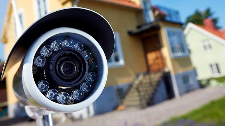 Övervakningskamera framför en villa.