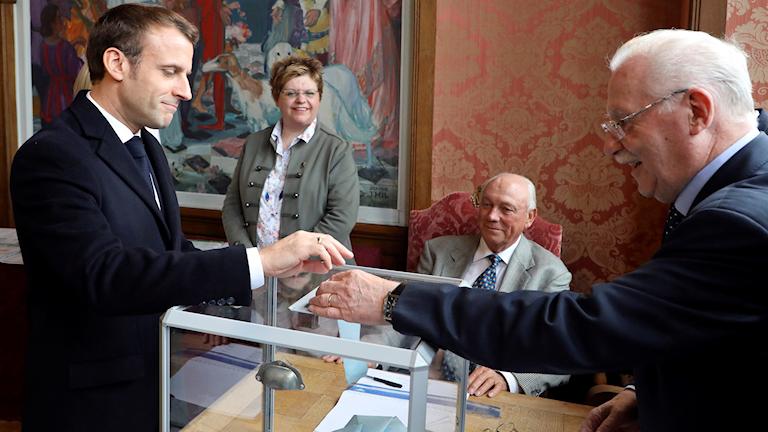 Emanuel Macron röstar i EU-valet.