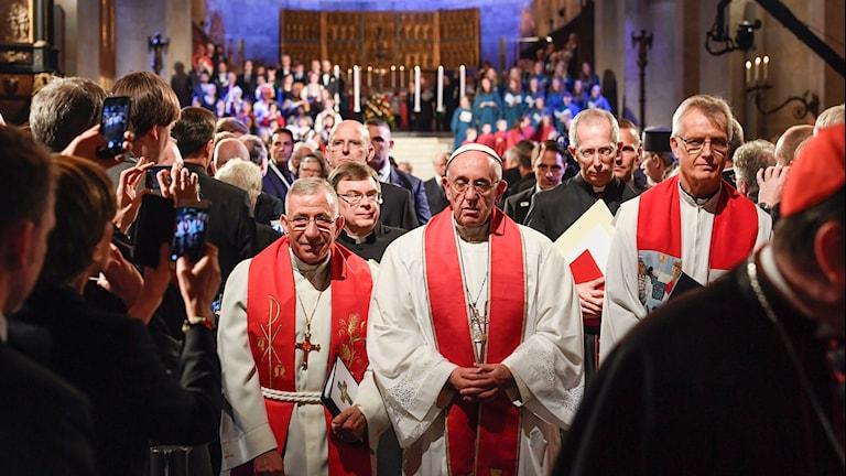 Påve Franciskus, flankerad av ärkebiskop Munib A. Younan och Martin Junge i Lutherska Världsförbundet under den ekumeniska mässan i Lunds domkyrka.