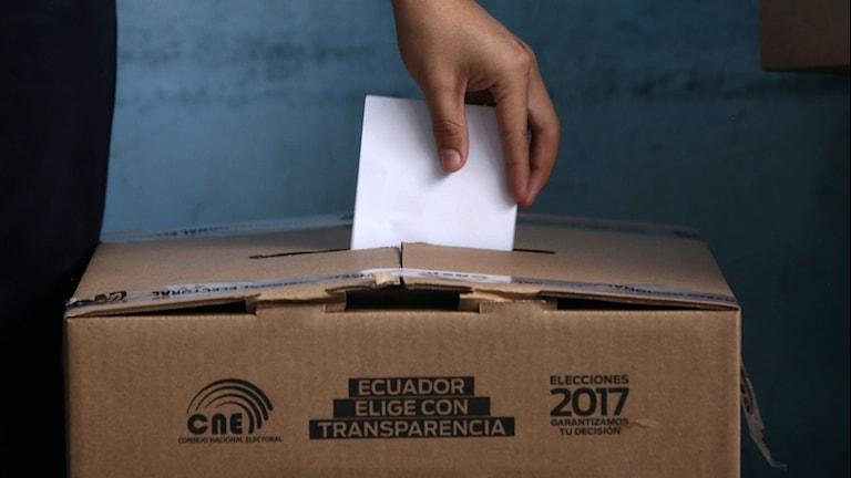 En person röstar i presidentvalet i Ecuador.