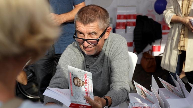 Miljardären Andrej Babis möter väljare i Tjeckiens huvudstad Prag.